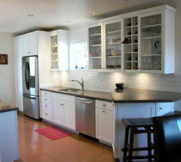 Кухонный гарнитур с прозрачными дверцами зрительно увеличит кухонное пространство