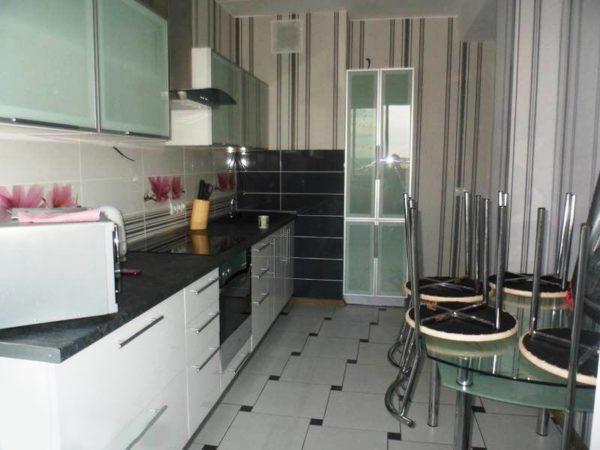 Керамическая плитка отлично подходит для для дизайна пола в кухне 7 кв.м