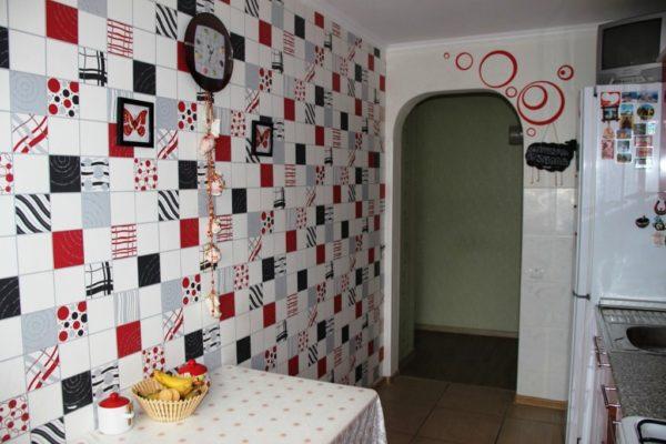 Фото дизайна маленькой кухни с обоями