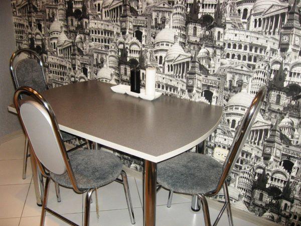 Фотообои в обеденной зоне могут зрительно расширить пространство тесной кухни