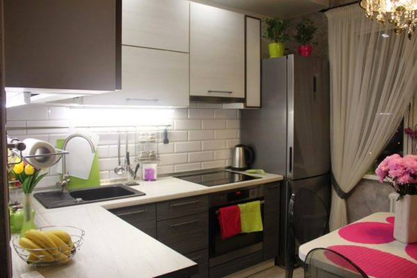 Контраст цветов придаст гармонии интерьеру тесной кухни