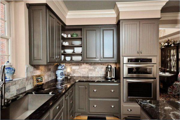 На этом фото интересный дизайн небольшой кухни в классическом стиле в серых тонах