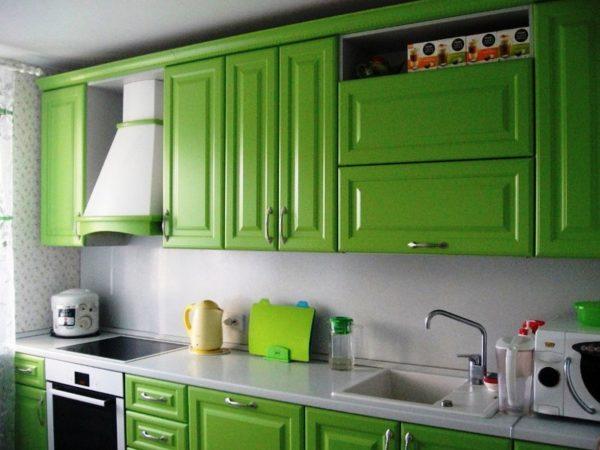 Необычно смотрится сочетание салатового и белого цветов в дизайне интерьера малогабаритной кухни в классическом стиле