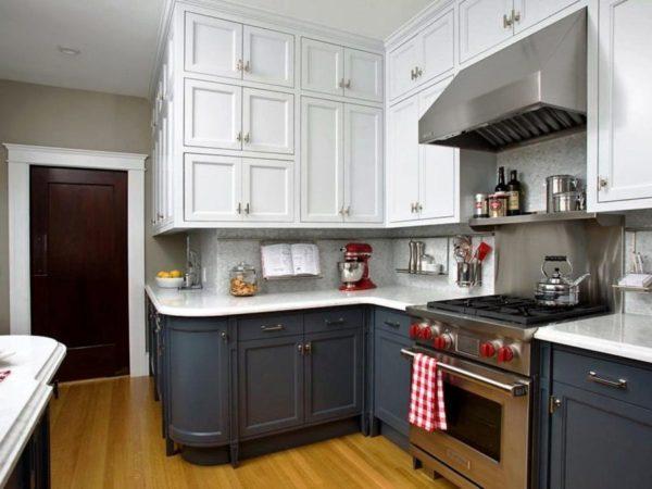 Высокая мебель до потолка - один из элементов классического стиля для малогабаритной кухни