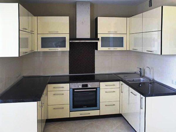 П-образное размещение кухонного гарнитура позволяет быть свободному пространству посреди небольшой кухни