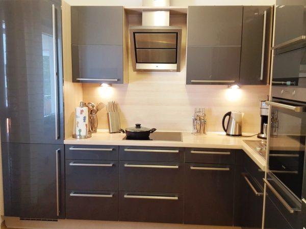 Кухонный гарнитур серого цвета впишется в любой интерьер малогабаритной кухни