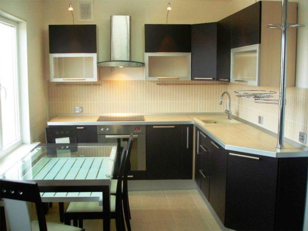 В современном стиле на небольшой кухне все просто и удобно