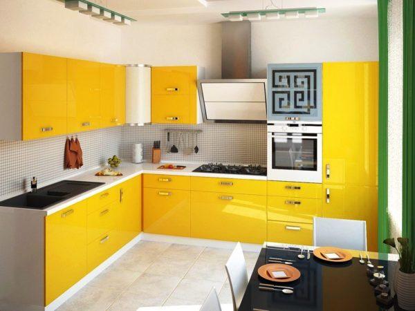 На малогабаритной кухне в желтом цвете всегда солнечно и светло
