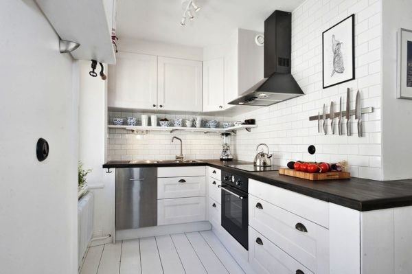 Интерьер небольшой кухни белого цвета в скандинавском стиле
