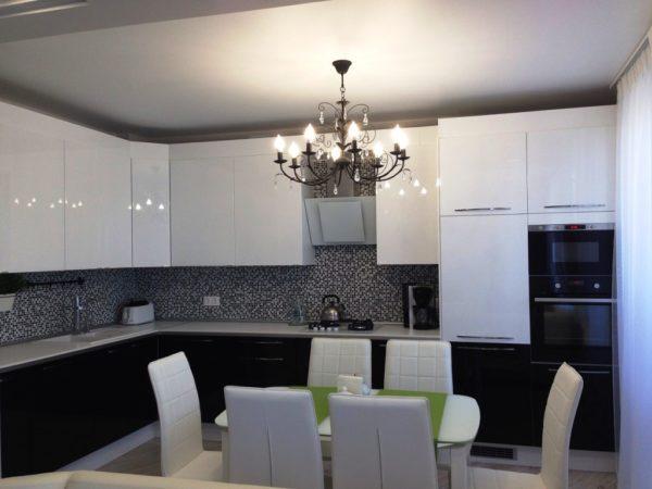 Стиль модерн на тесной кухне подразумевает строгость и лаконичность