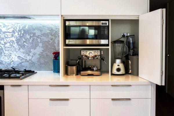 На фото удобное хранение бытовой техники на тесной кухне