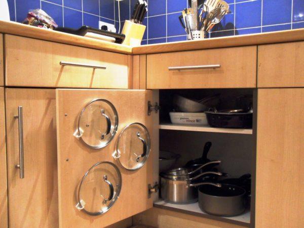 Сковородки и кастрюли логично разместить в нижние шкафчики рядом с плитой и духовым шкафом