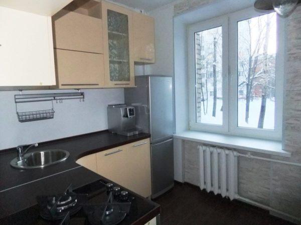 На фото удачное расположение холодильника на маленькой кухне в хрущевке