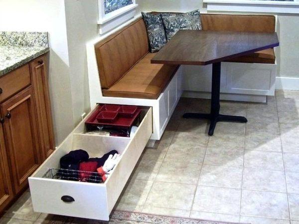 Кухонный уголок с ящиками для хранения - отличное решение для тесной кухни