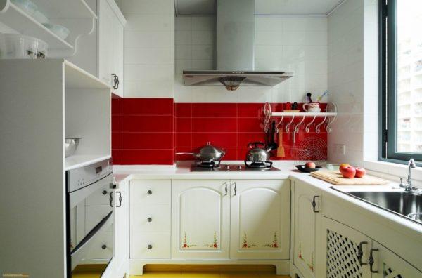 Хорошая вытяжка - обязательный элемент на малогабаритной кухне