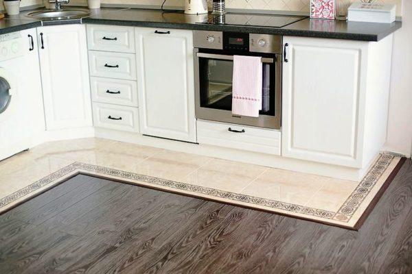 Ламинат - доступное и качественное покрытие для пола на малогабаритной кухне