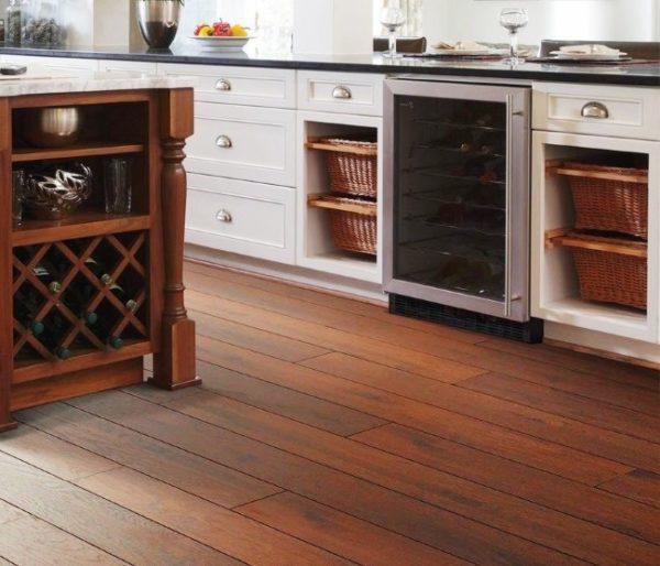 Паркетный пол на маленькой кухне