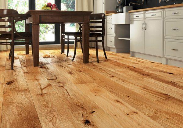 Деревянный пол на маленькой кухне 4