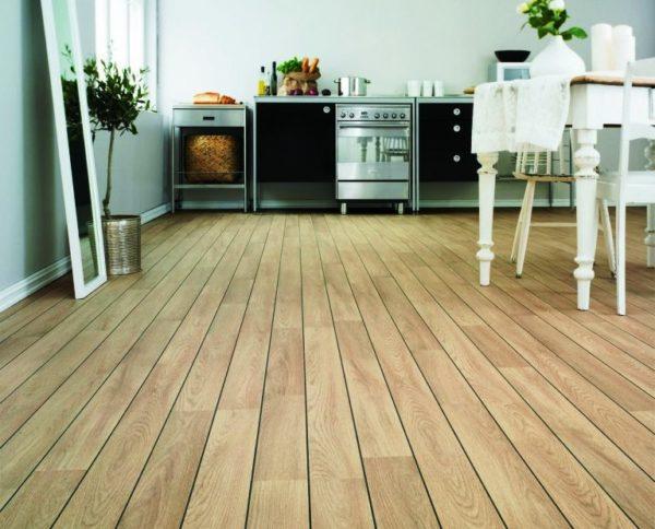 Деревянный пол на маленькой кухне 3