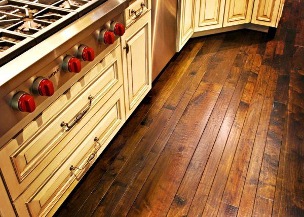 Деревянный пол на маленькой кухне 1