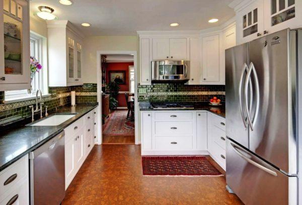 Интерьер небольшой кухни с пробковым покрытием пола