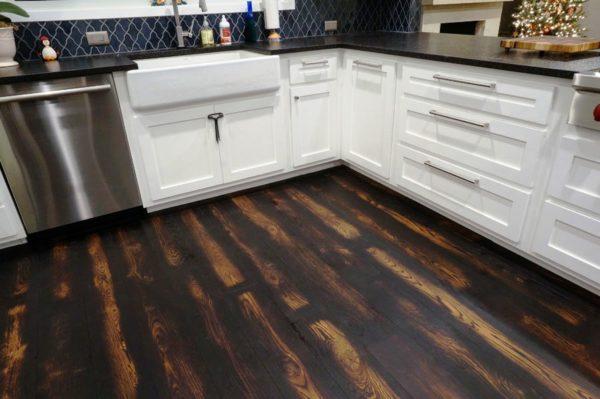 Деревянный пол на маленькой кухне 5