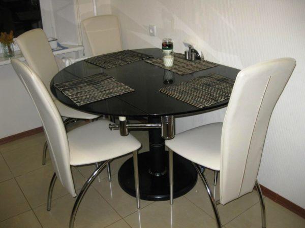 Кухонный стол, изготовленный из качественного материала, не будет дешевым