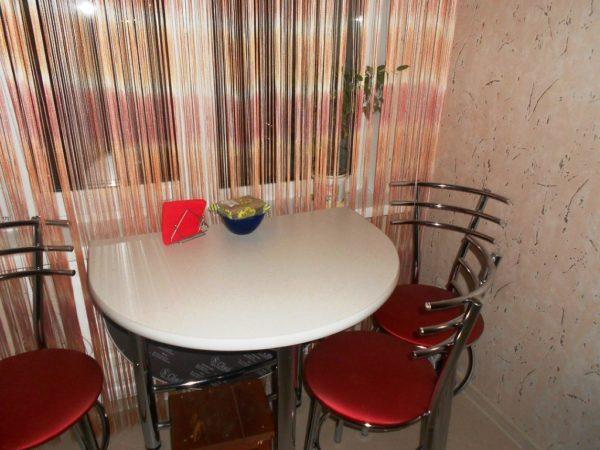 Полукруглый стол на маленькой кухне 2