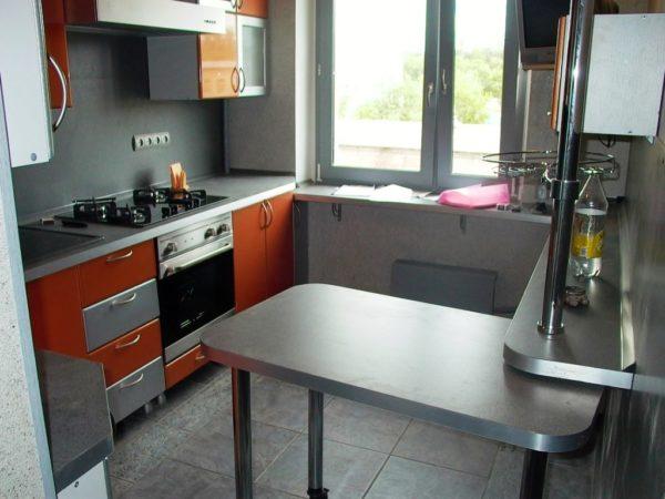 Такая модель выдвижного кухонного стола позволяет экономить пространство