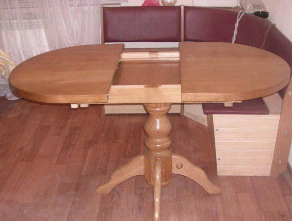 Раскладные столы на кухню популярны у людей потому, что в собранном виде за ними вполне могут уместиться два человека. Но если хозяева ждут гостей, стол переезжает в гостиную и раскладывается. В таком виде он вполне может комфортно принять аж до 10-12 человек и большое количество блюд