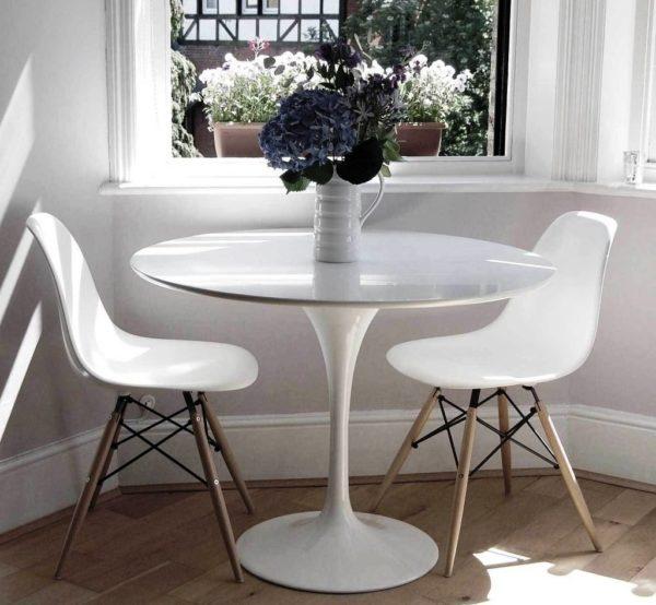 Столы с одной ножкой для маленькой кухни лучше, чем с тремя или четырьмя — они оставляют больше пространства для передвижения и делают риск ушибить ногу минимальным