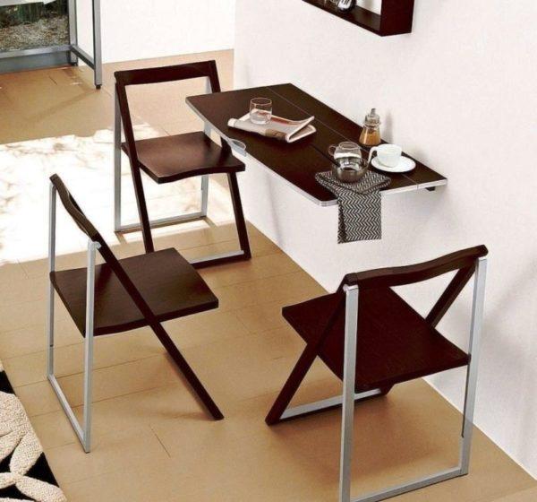 Такой стол позволит вам свободно перемещаться по маленькой кухне во время приготовления пищи и при этом он позволяет с комфортом размещаться для трапезы