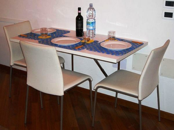 Если раскладной стол на маленькую кухню подобрать правильно, он не будет мешать процессу приготовления еды, а у хозяйки всегда будет свободный доступ к плите