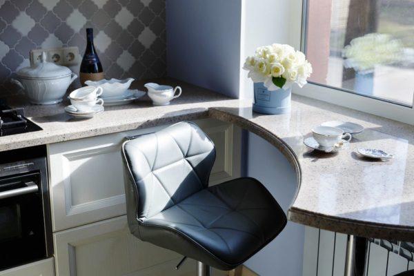 Стол-подоконник на маленькой кухне 3