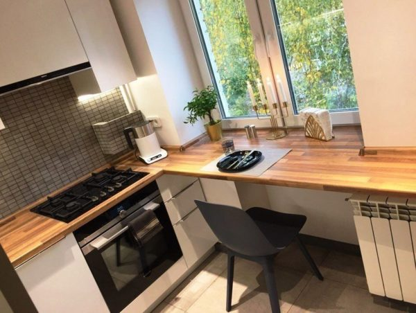 Стол-подоконник на маленькой кухне 2