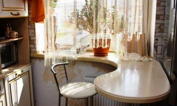 Стол-подоконник на маленькой кухне 1