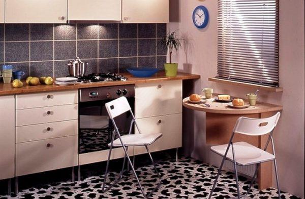 Полукруглый стол на маленькой кухне 1
