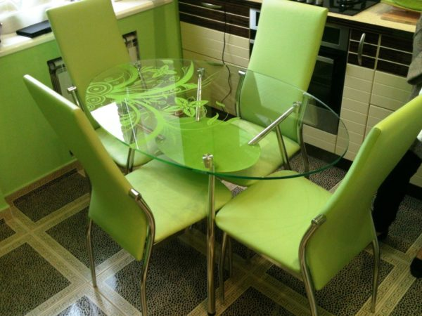 Стеклянные столы пользуются большой популярностью