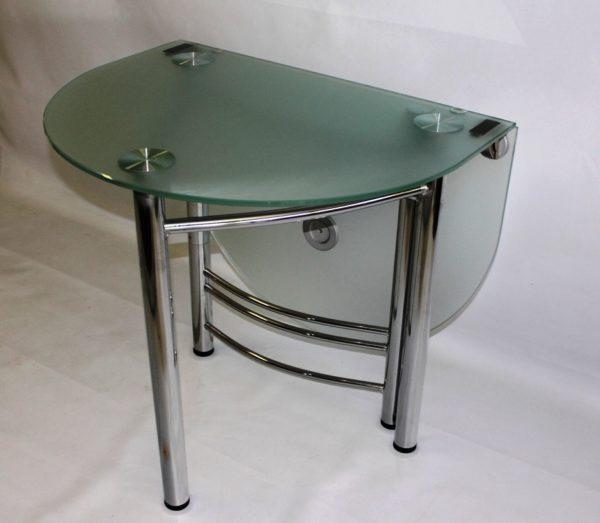 Стеклянный стол на маленькой кухне 4