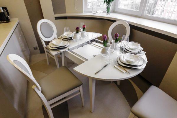 Если стол в разобранном виде большой, он должен быть прочным, чтобы выдержать огромное количество тарелок, салатниц, бутылок с напитками, поэтому фанера в таких конструкциях не применяется