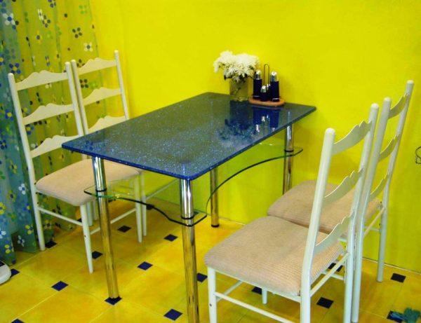 Традиционный прямоугольный стол на кухне - самый популярный