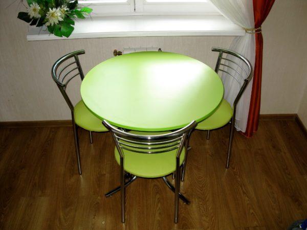 Цвет столов для маленькой кухни 4