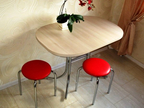 Табурет - это небольшая скамейка с квадратным или круглым сиденьем, без спинки. Достоинства модели – можно задвинуть под стол или поставить друг на друга, небольшой вес и мобильность. Недостаток – без опоры для спины долго на табурете не просидишь