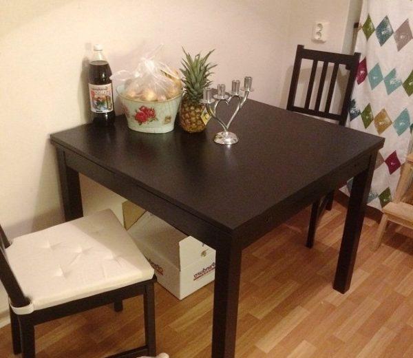 При выборе квадратного стола стоит учитывать его немалую площадь