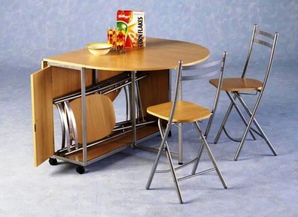 Оптимальный вариант – складные стулья, которые можно убирать в шкаф
