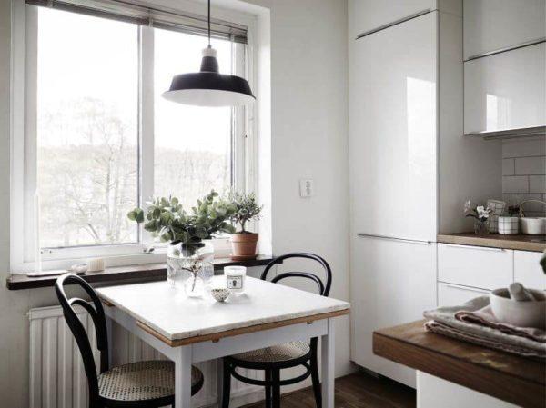 Но если квадратный стол будет совсем небольшого размера, то он отлично впишется в интерьер малогабаритной кухни