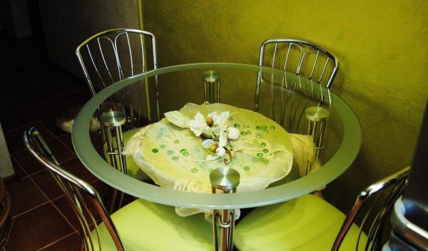 Сегодня в приоритете остаются стеклянные столы на металлических опорах. Они долговечны, легко очищаются влажной салфеткой с моющими неабразивными средствами