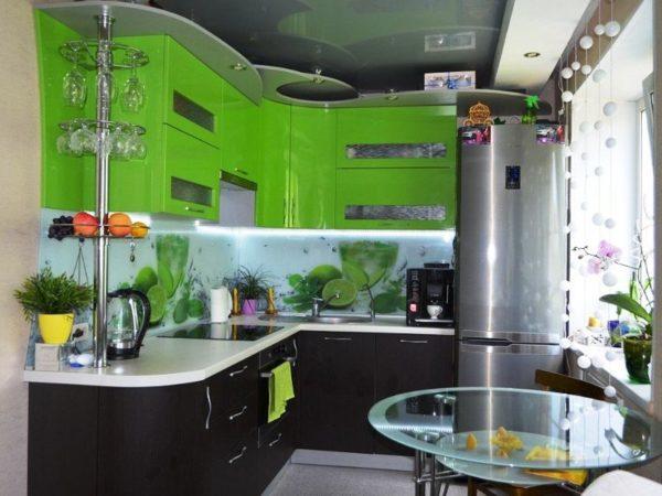 Также в маленьких кухнях рекомендуется избегать шкафчиков и столов с острыми углами. Выбираются круглые и овальные формы.