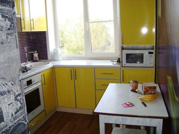 Желательно максимально использовать угловые пространства и места под оконными проемами для расположения кухонной мебели. Подоконник в маленьких кухнях можно заменить столешницей и использовать, как обеденный или рабочий стол.