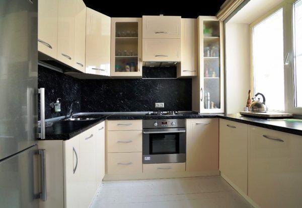 Светлые тона можно разбавить контрастным оттенком кухонного фартука